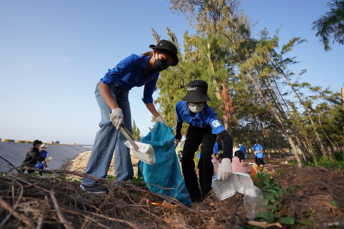 . Trong vòng một giờ đồng hồ, Hoa hậu H'Hen Niê và gần 200 người tham gia hoạt động đã cùng nhau nhặt rác, dọn dẹp sạch sẽ khu cắm trại, đường nhựa, bờ biển,...