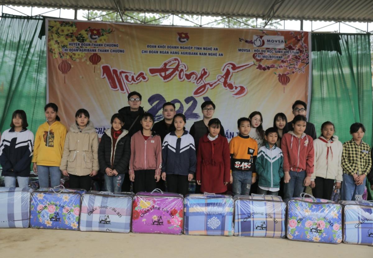 Hội sinh viên Việt Nam tại Melbourne phối hợp với địa phương tặng quà cho các học sinh có hoàn cảnh khó khăn tại Nghệ An. (Ảnh Movsa)