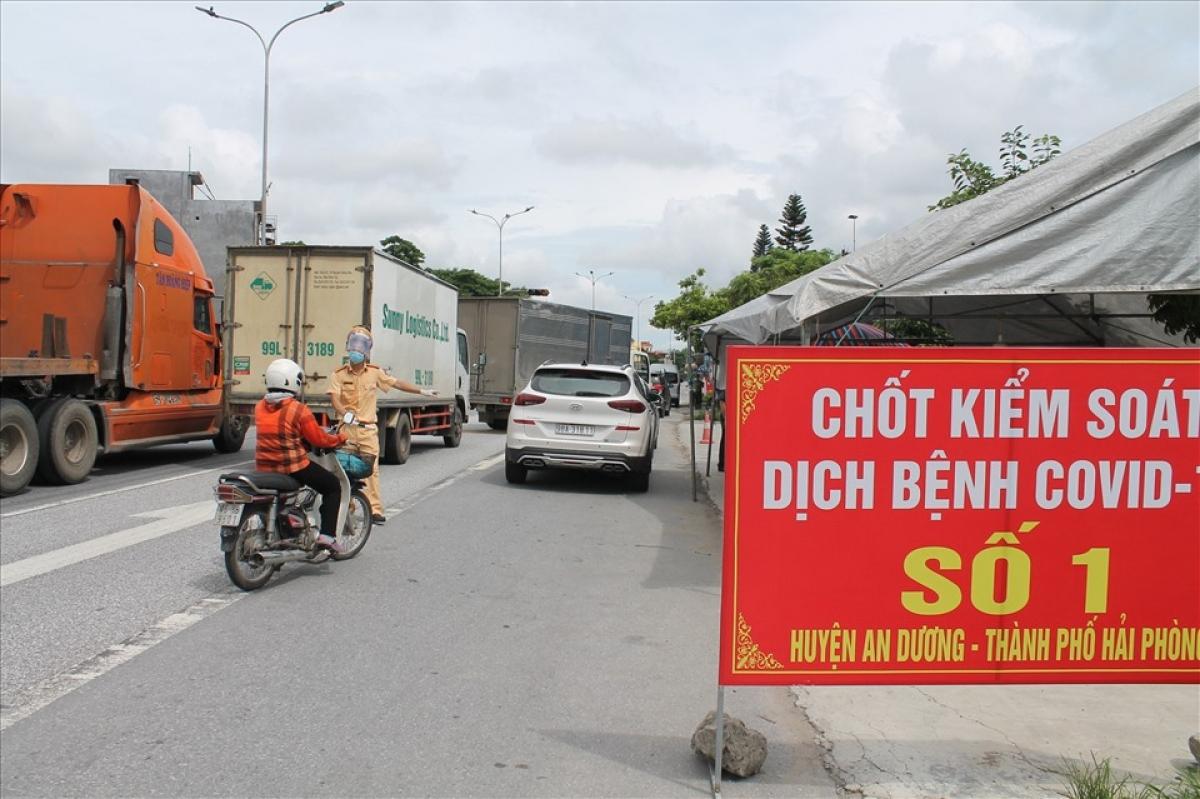 Việc phân luồng của Hải Phòng trên QL5 khiến nhiều xe ùn ứ tại nút giao cao tốc Hà Nội - Hải Phòng xuống nút giao QL39 (huyện Gia Lộc, Hải Dương).