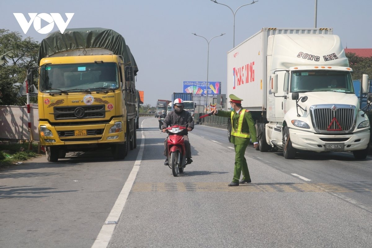 TP Hải Phòng triển khai lực lượng trên QL5, xe của tỉnh Hải Dương đều phải quay đầu không được đi qua nếu không có các giấy tờ theo quy định.