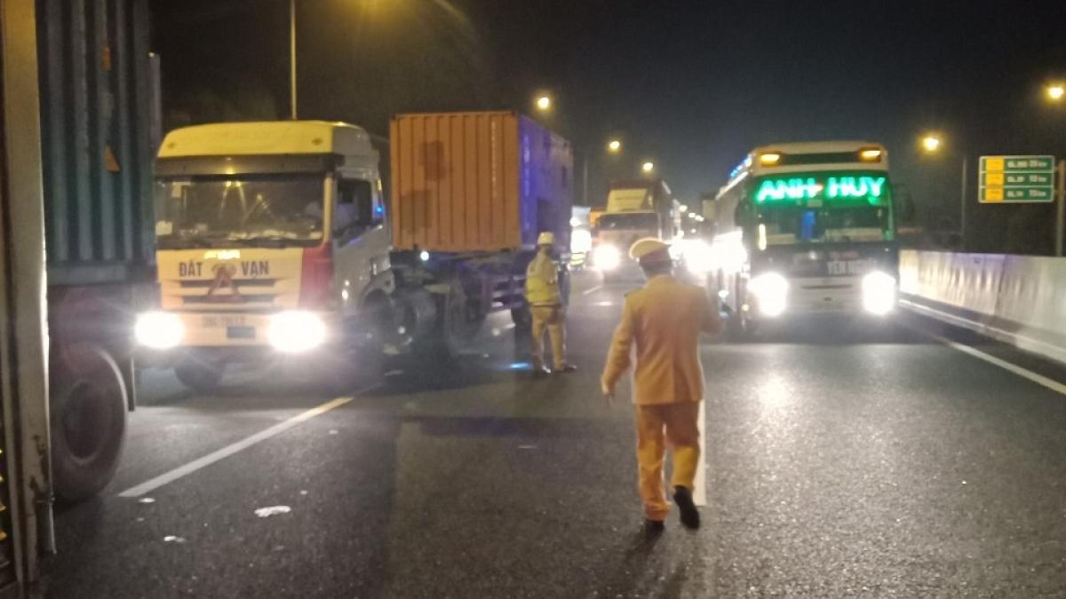 Lực lượng CSGT phân luồng giao thông tại các chốt khai báo y tế.