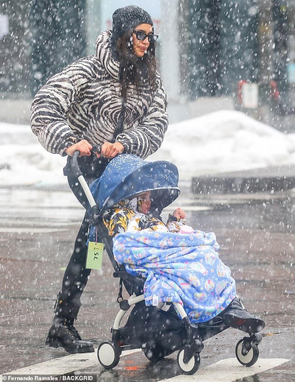 Irina Shayk và con gái ra phố ở New York hôm 22/2 vừa qua.