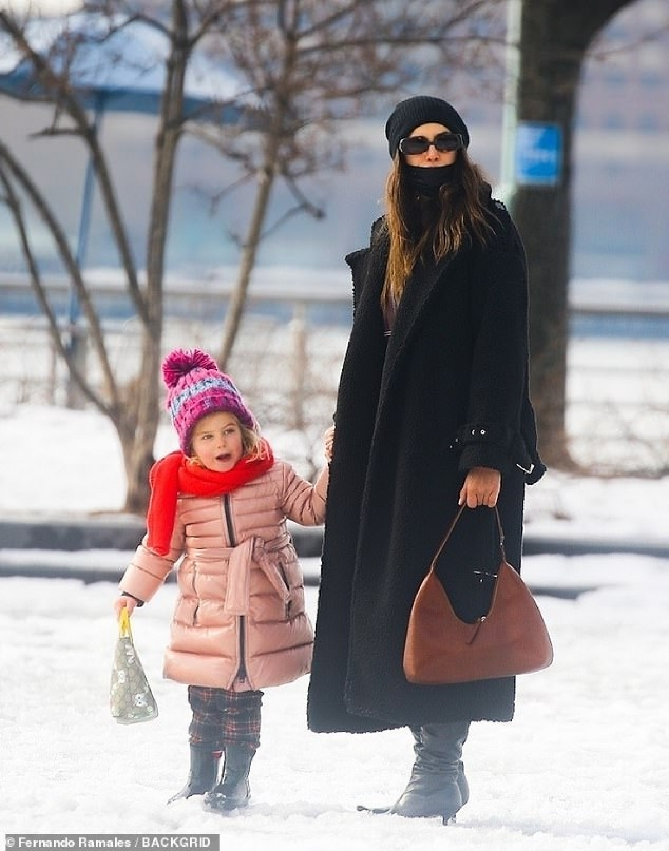 Irina Shayk dắt tay con gái Lea đi dạo trên con đường lãng mạn mùa đông ở New York vừa qua.