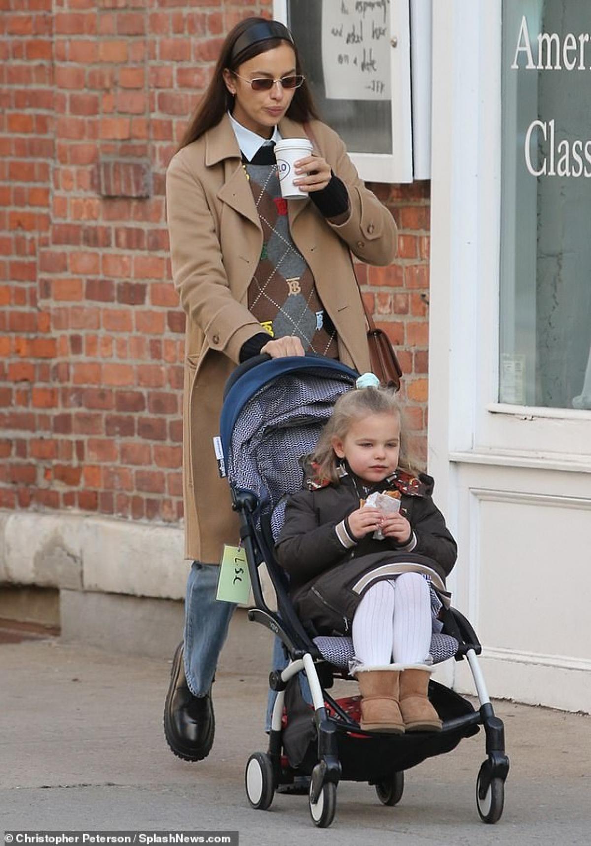 Irina Shayk đưa con gái Lea đi ăn sáng ở New York vừa qua.