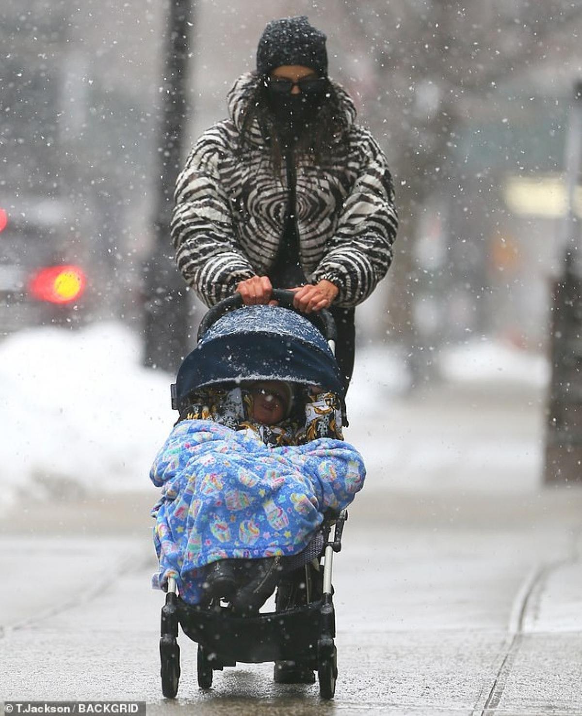 Tuy nhiên, hai mẹ con gặp khó khăn trong việc đi lại trong cơn bão tuyết.