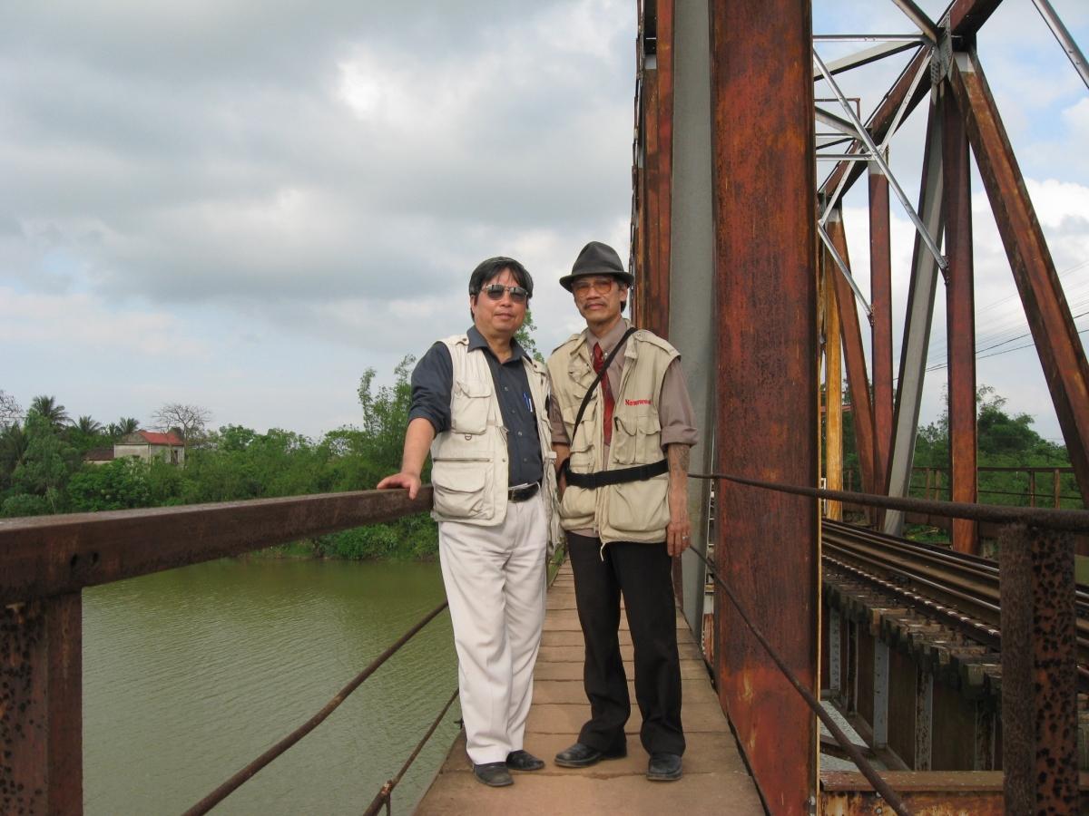 Tác giả cùng nhà văn Nguyễn Thế Tường bên chiếc cầu sắtthượng nguồn Kiến Giang, nơi lính Pháp sát hại dã manđồng bào ta.
