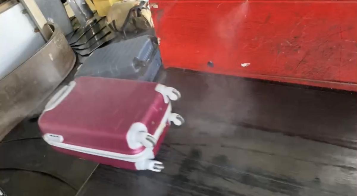 Toàn bộ hành lý của khách qua Tân Sơn Nhất được khử khuẩn để chống Covid-19.