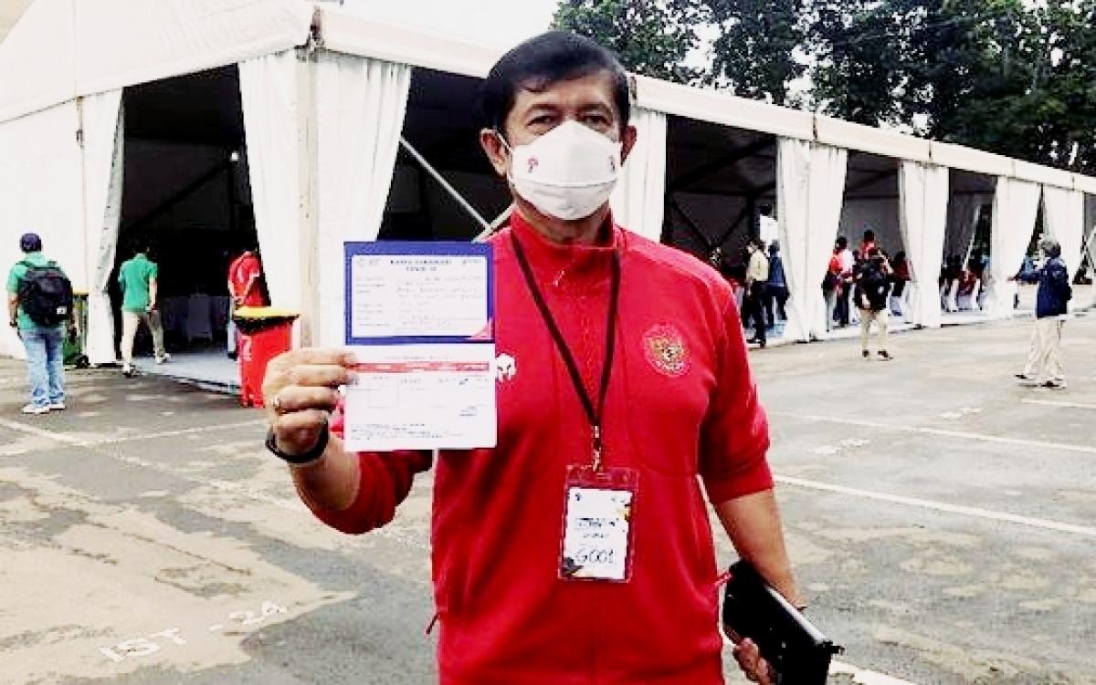 ÔngIndra Sjafri - cựu huấn luyện viên U23 Indonesia được tiêm vaccine Covid-19 (Ảnh: CNN Indonesia).