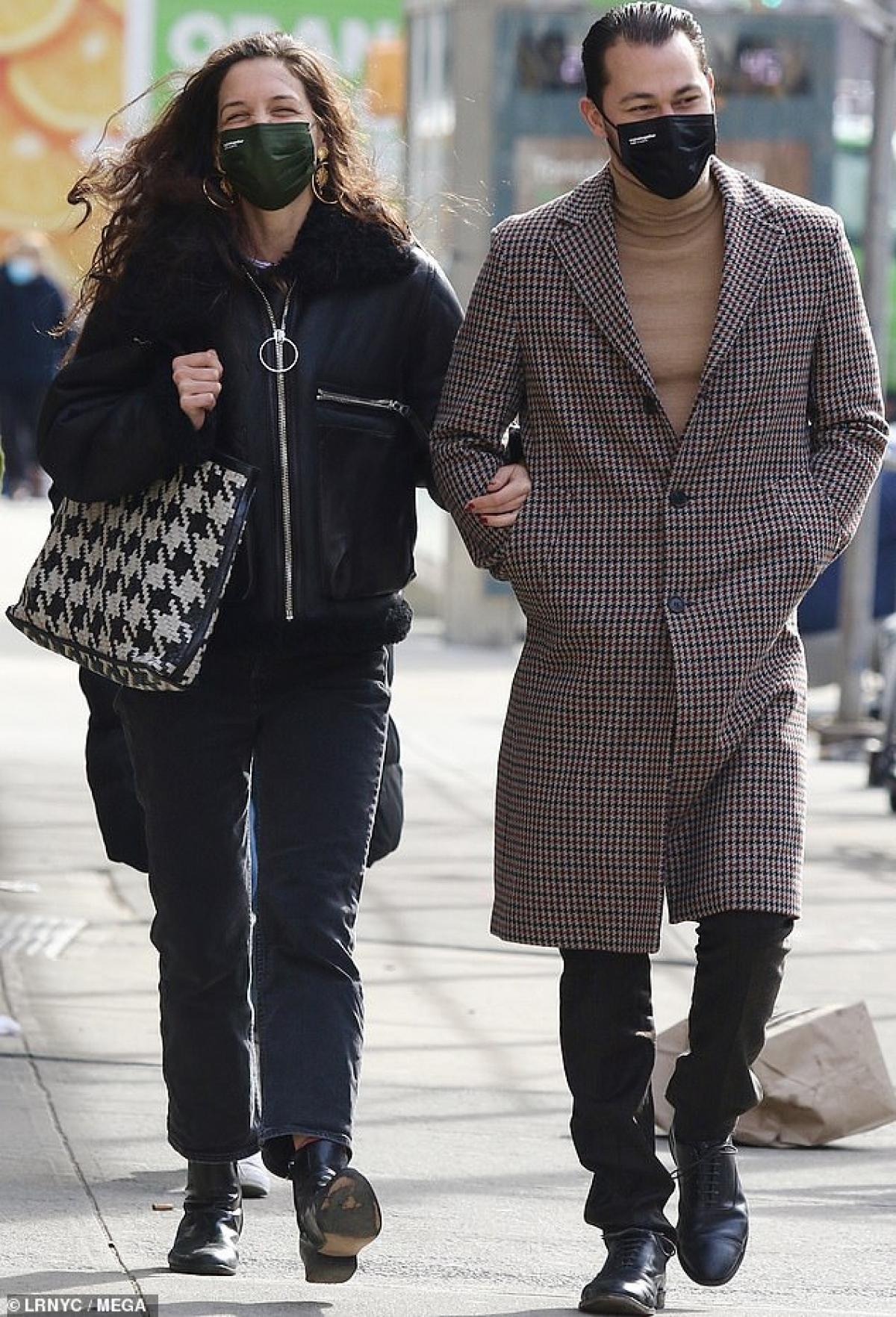 Katie Holmes tươi cười rạng rỡ khi đi dạo phố cùng bạn trai kém tuổi Emilio Vitolo Jr ở New York vừa qua.