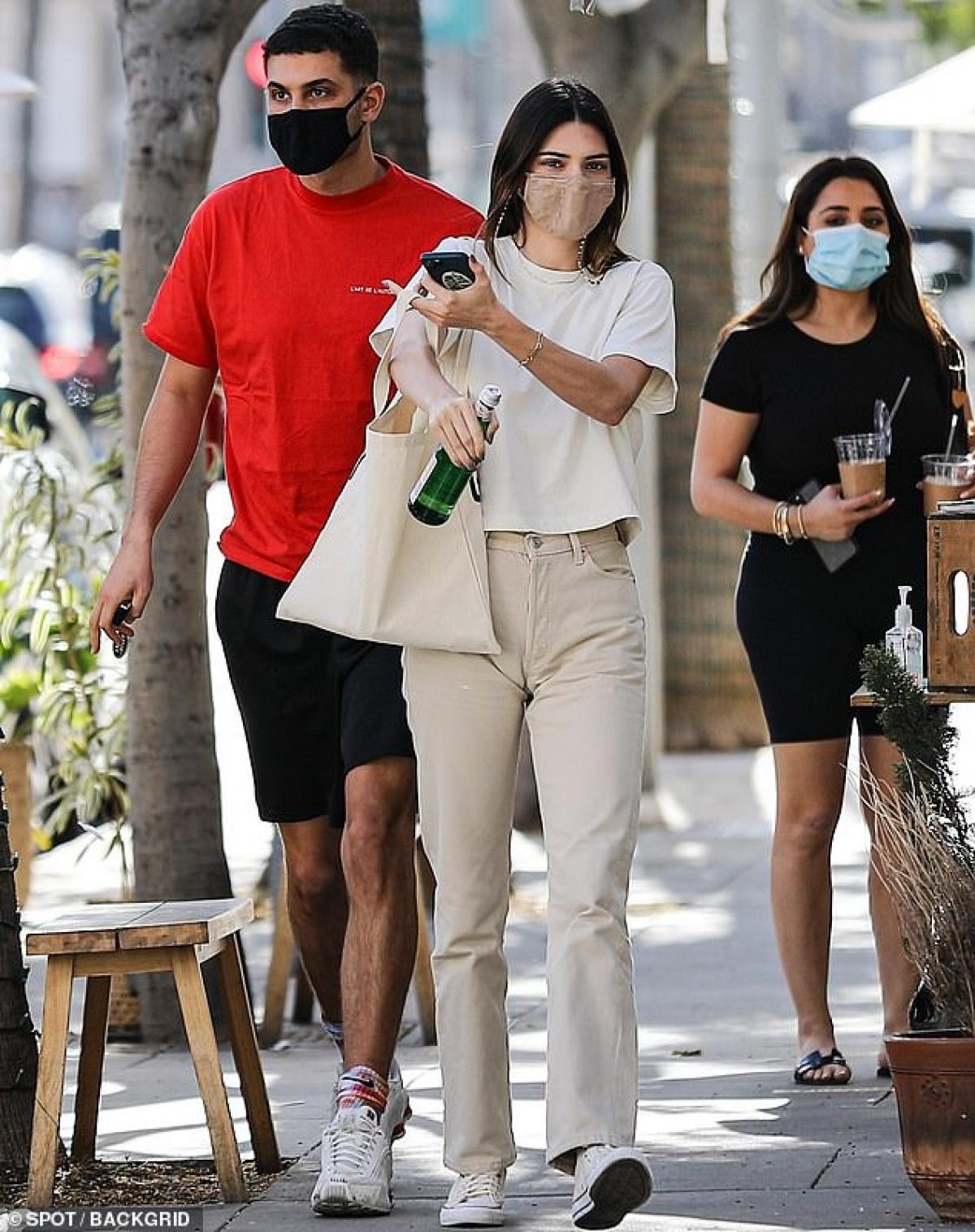 Kendall Jenner giản dị đi dạo cùng người bạn thân thiết Fai Khadra ở Beverly Hills hôm 25/2 vừa qua.