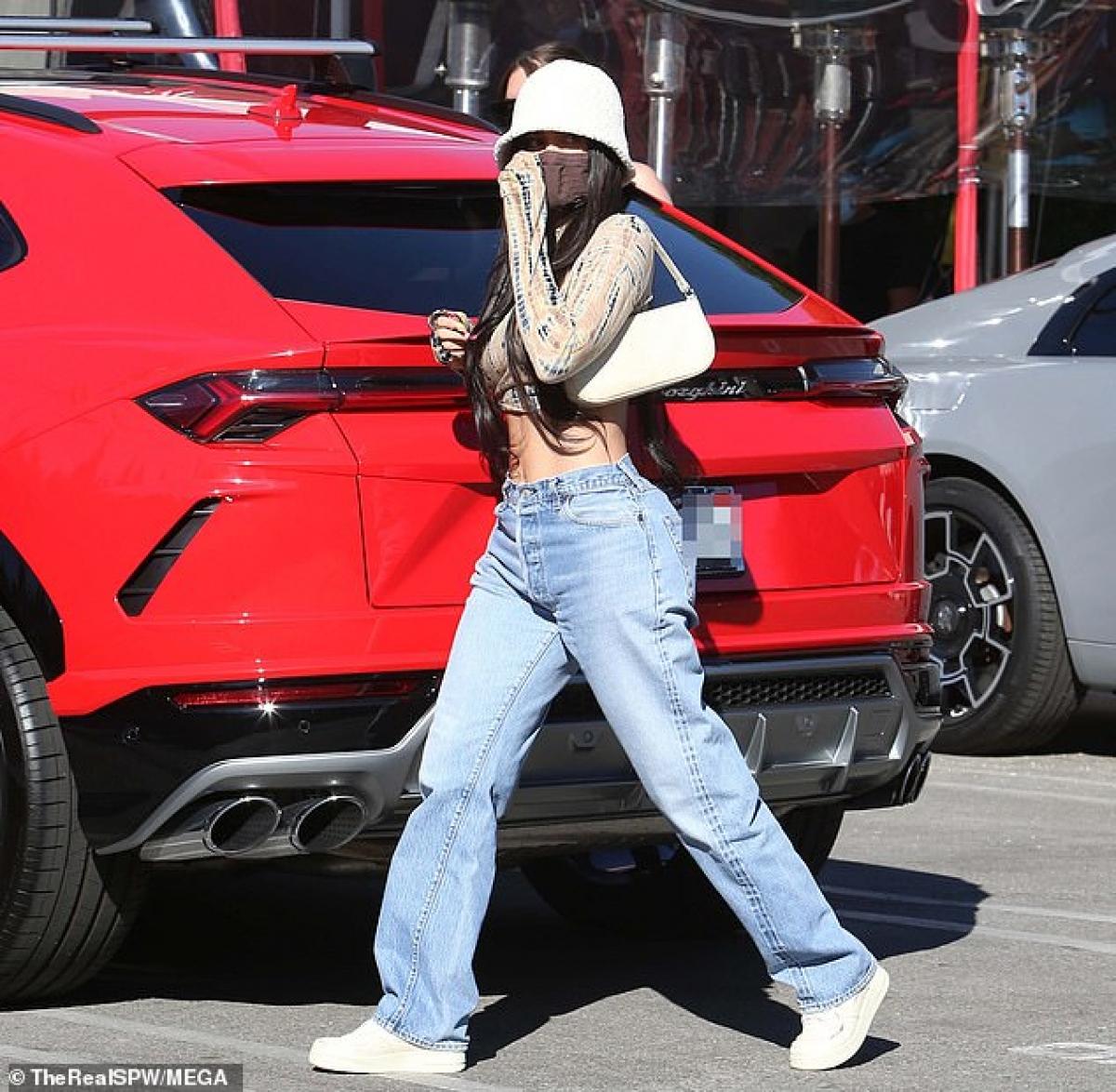 Ái nữ xinh đẹp nhà Kardashian diện áo croptop và quần jeans khỏe khoắn, khoe khéo vòng eo săn chắc, thon gọn.