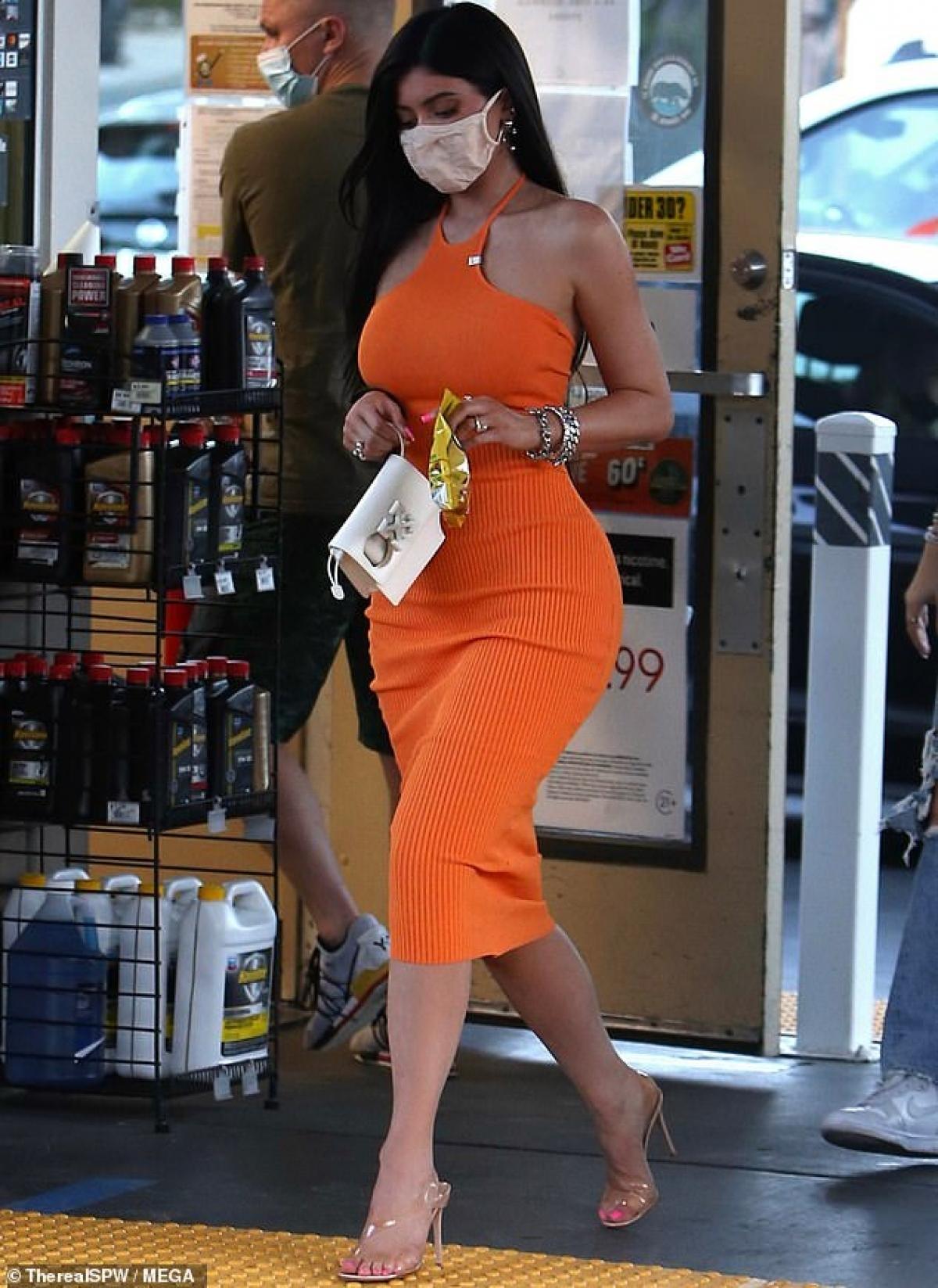Kylie Jenner thừa nhận, cô trưởng thành và chín chắn hơn nhiều sau khi làm mẹ. Và có con là quyết định đúng đắn nhất cuộc đời cô.