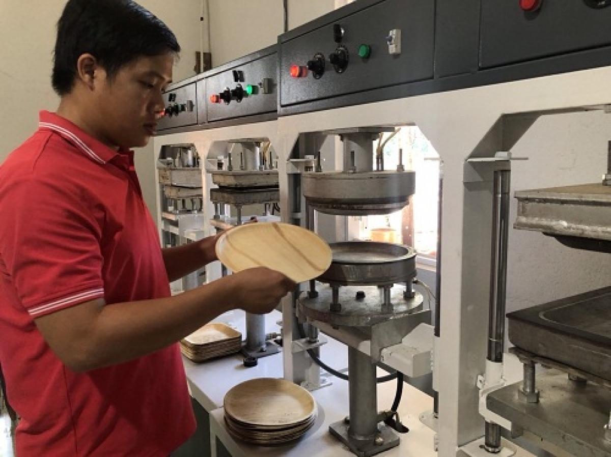 Nguyễn Sơn Tịnh kiểm tra sản phẩm tại Công ty TNHH EQUANA Việt Nam. (Ảnh: Sở KHCN Bình Định).