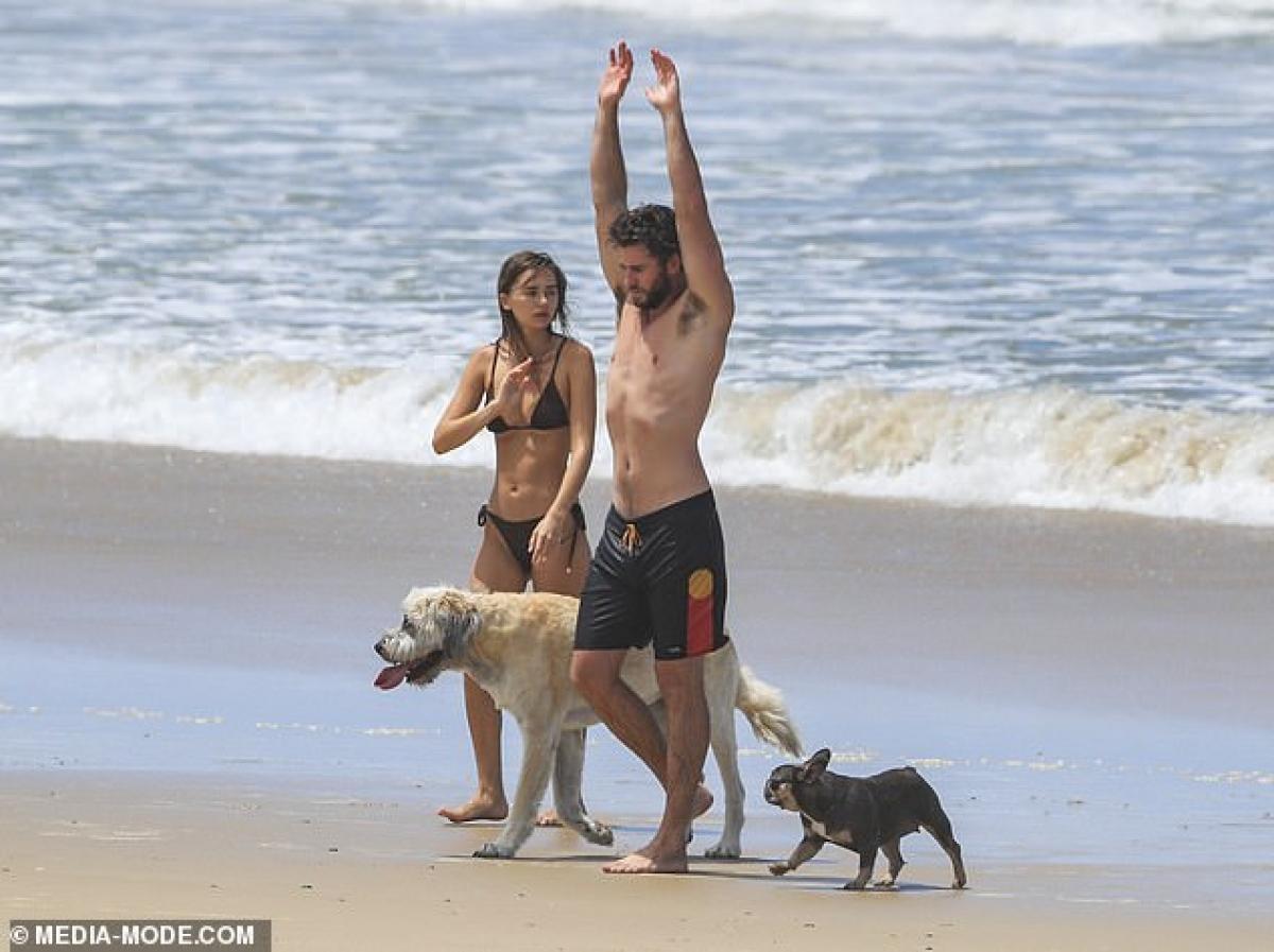 Liam Hemsworth và người mẫu Gabriella Brooks đang tận hưởng cuộc sống thảnh thơi, thư giãn tại vịnh Byron, Australia.