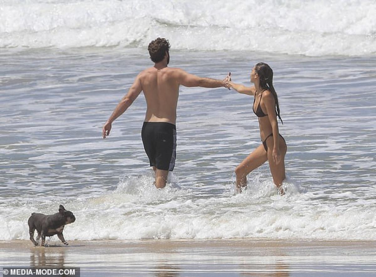Cặp đôi vui đùa bên nhau trên biển.