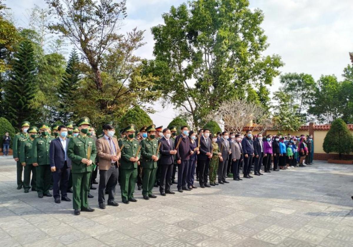 Các đại biểu dâng hương tưởng niệm các anh hùng liệt sỹ tại Đài tưởng niệm liệt sỹ Pò Hèn.