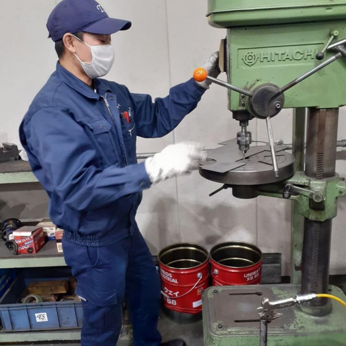 Ngày Tết, anh Lê Văn Quyết vẫn miệt mài làm việc tại nhà máy. (Ảnh: NVCC)