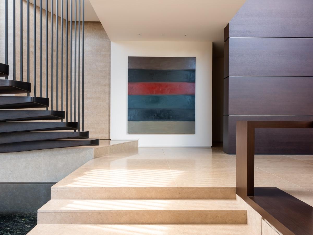 Những mảng màu tối đặt ở cầu thang khiến căn nhà không trống trải.