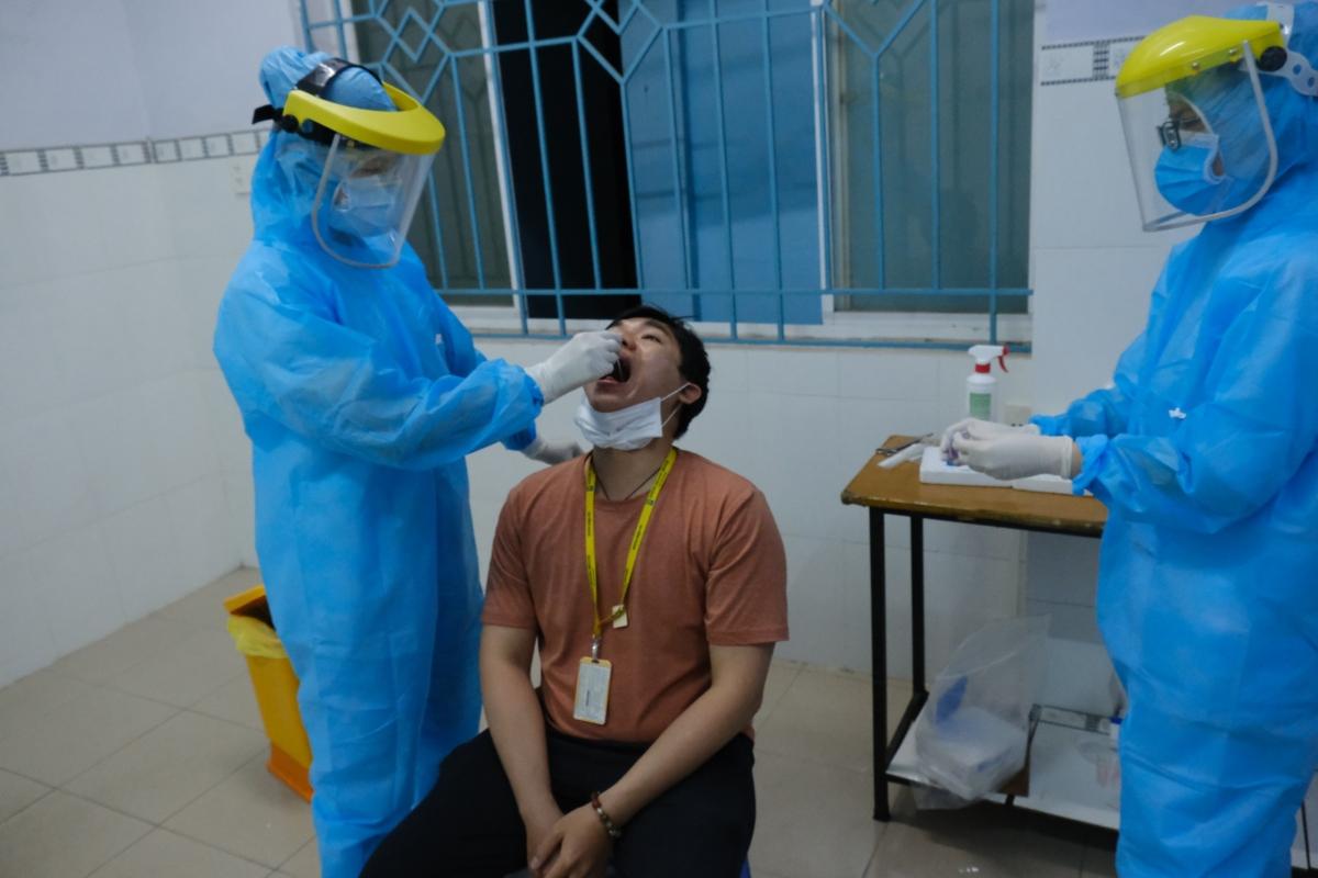 Lấy mẫu cho nhân viên sân bay Tân Sơn Nhất trước ngày đi làm (Ảnh HCDC)
