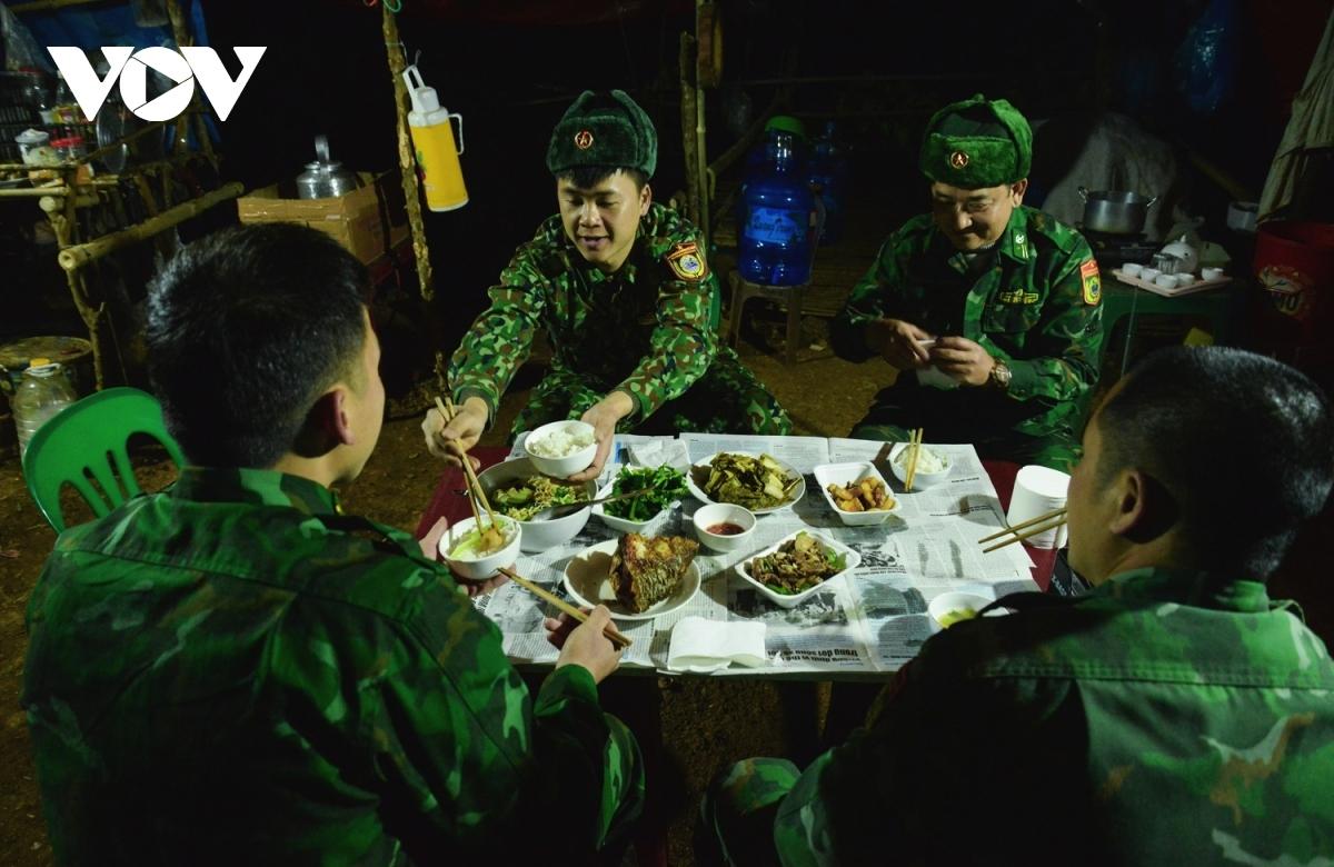 Chiếc đài FM đã cũ vang lên nhạc hiệu chương trình Thời sự của Đài TNVN, cũng là lúc những người lính bắt đầu bữa cơm tối