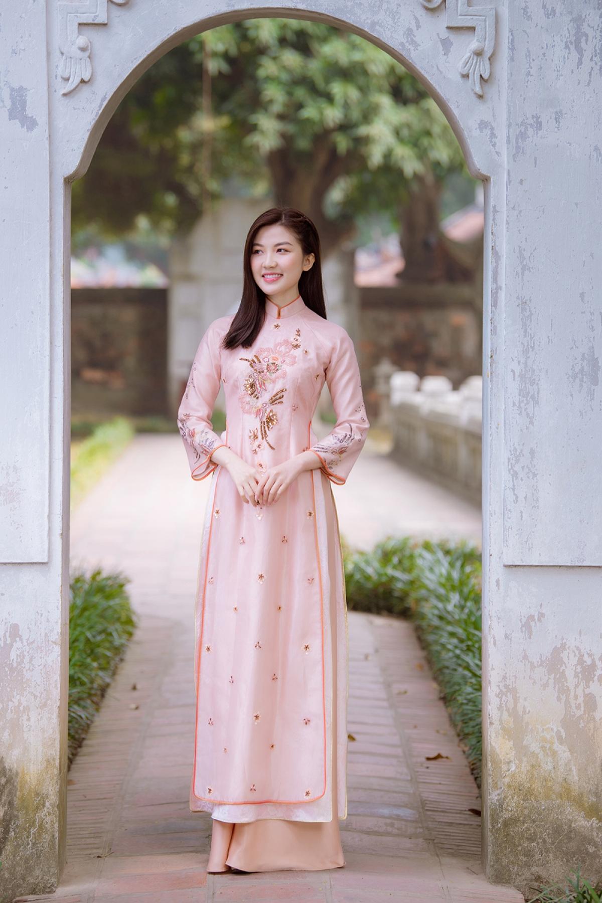 Trong loạt hình mới,Lương Thanh thả dáng dịu dàng trong các trang phục áo dài với các kiểu dáng, màu sắc rất nổi bật và độc đáo.