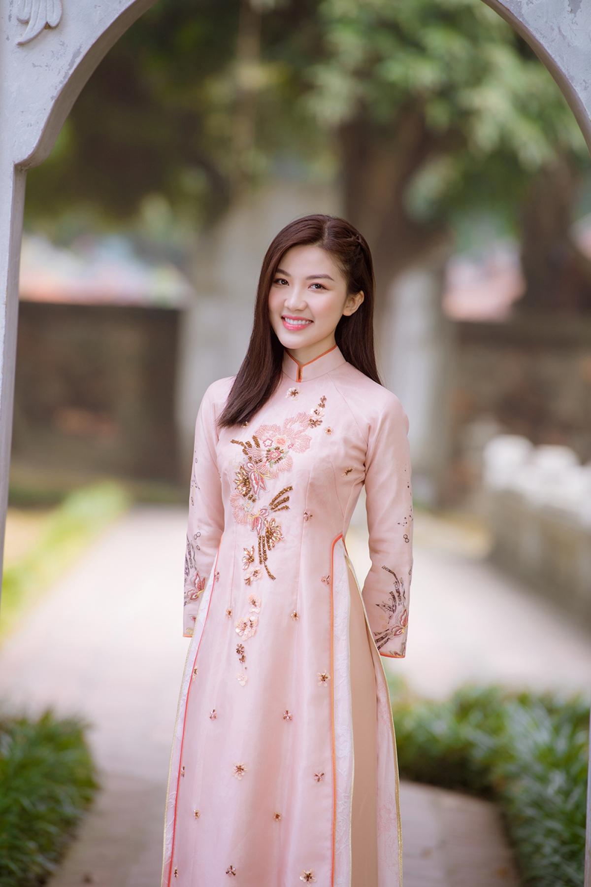 Diện áo dài truyền thống của Ngọc Hân,Lương Thanh khoe nhan sắc rạng rỡ, xinh tươi.