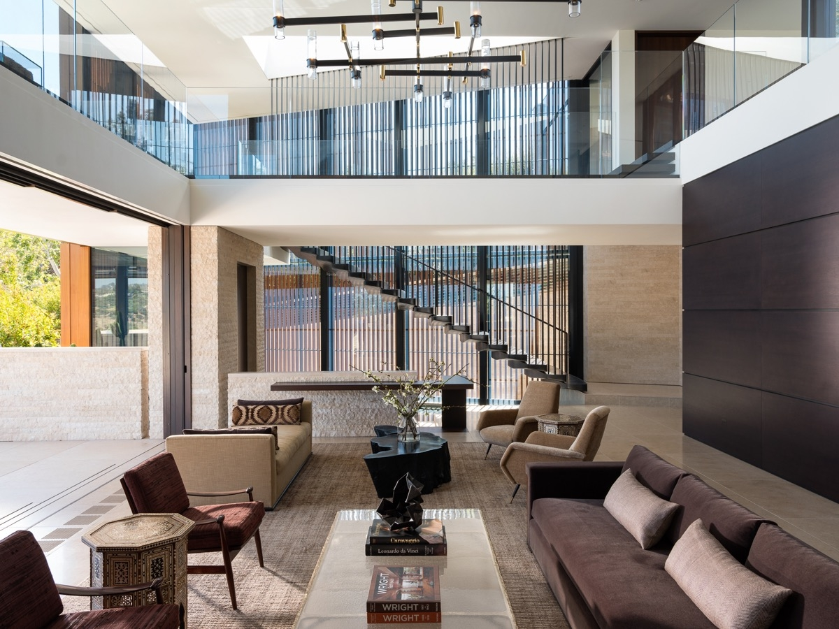 Nội thất phòng khách tối giản với những tông màu cơ bản với các sắc độ khác nhau của màu nâu, đen, xám... toát lên sự tinh tế, sang trọng.
