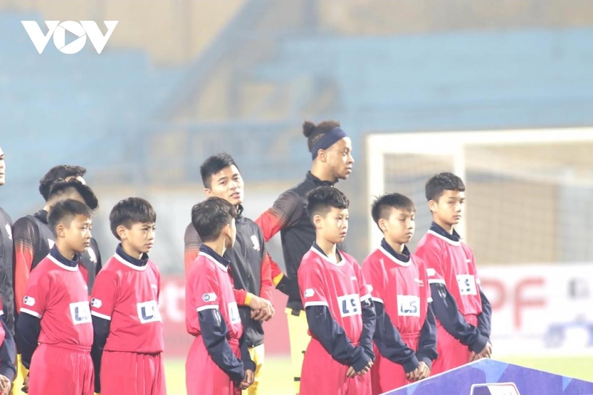 Khi trở lại, V-League sẽ tạm thời bỏ nghi thức cầu thủ dắt tay các em nhỏ ra sân trước trận đấu.