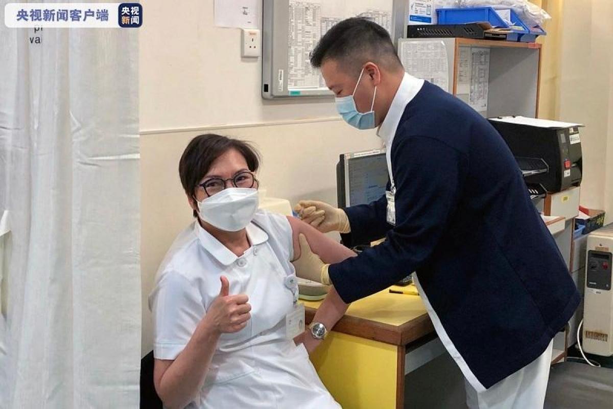 Macao bắt đầu tiêm chủng vaccine Covid-19. Ảnh: CCTV