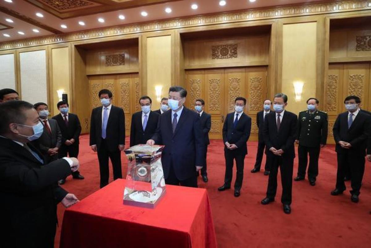Lãnh đạo Trung Quốc tham quan mẫu vật Mặt Trăng. Ảnh: Tân Hoa xã