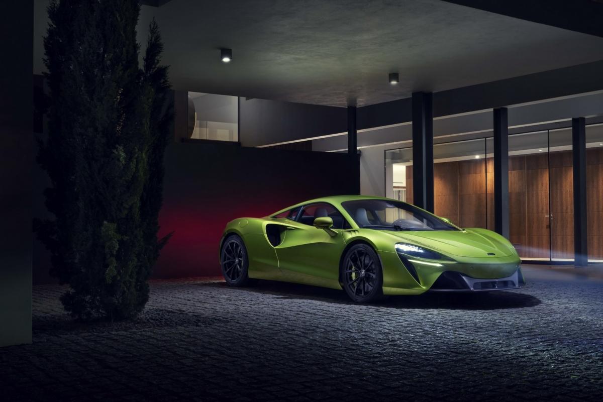 """""""Mọi kinh nghiệm và chuyên môn của McLaren đã được đổ vào Artura. Hệ thống hybrid hiệu năng cao hoàn toàn mới của chúng tôi mang lại tất cả hiệu suất, sự can thiệp của người lái và sự năng động xuất sắc đặc trưng của McLaren, cùng với đó là sự tiện dụng tuyệt vời của một chiếc xe điện. Sự ra đời của Artura là một cột mốc mang tính bước ngoặt đối với McLaren, đối với những khách hàng của chúng tôi, những người sẽ đánh giá cao và yêu thích chiếc xe này trên mọi cấp độ cảm xúc và lý trí, cũng như đối với cả thế giới siêu xe"""", Mike Flewitt, Giám đốc điều hành, McLaren Automotive cho biết."""