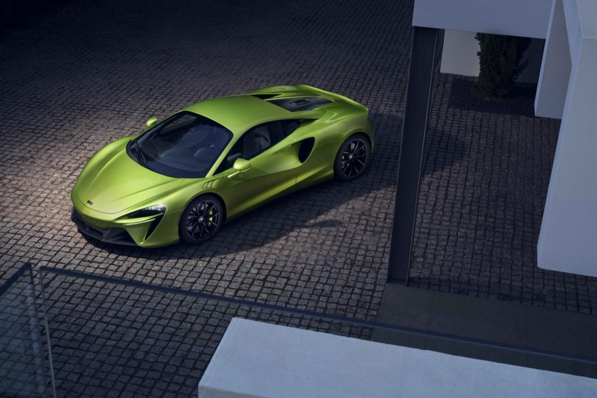 Trên Artura, McLaren đã thay đổi khi không sử dụng động cơ V8 tăng áp kép thường thấy. Thay vào đó, hãng siêu xe Anh Quốc trang bị cho mẫu xe này khối động cơ V6 tăng áp kép, dung tích 3.0 lít hoàn toàn mới.