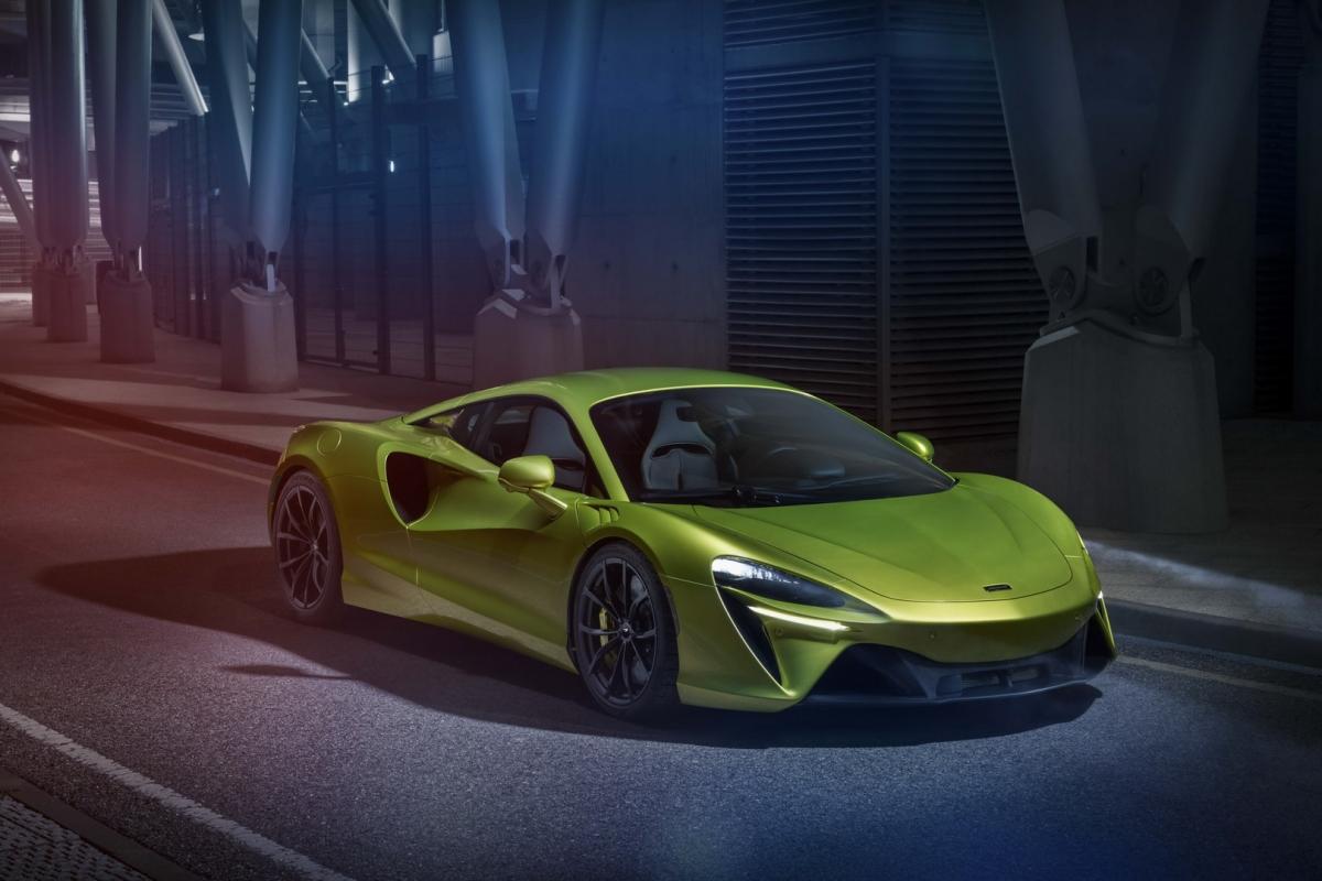 Kết hợp cùng động cơ này là mô-tơ điện đặt tại hộp số ly hợp kép của xe. Động cơ này cung cấp thêm cho Artura 95 mã lực và 225 Nm mô-men xoắn. Nó sở hữu tỉ số mật độ công suất / khối lượng ở mức 33%, cao hơn rất nhiều so với hệ thống lai điện của McLaren P1 trước đây.
