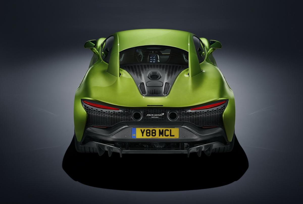 McLaren Artura sở hữu hệ thống phanh hiệu suất cao với đĩa phanh 390 mm/cùm phanh sáu piston ở bánh trước và 380 mm/bốn piston ở bánh sau, mang đến khả năng dừng từ tốc độ độ 100 km/h về vị trí đứng yên trong chỉ 31m và 200 km/h về vị trí đứng yên trong 126m.