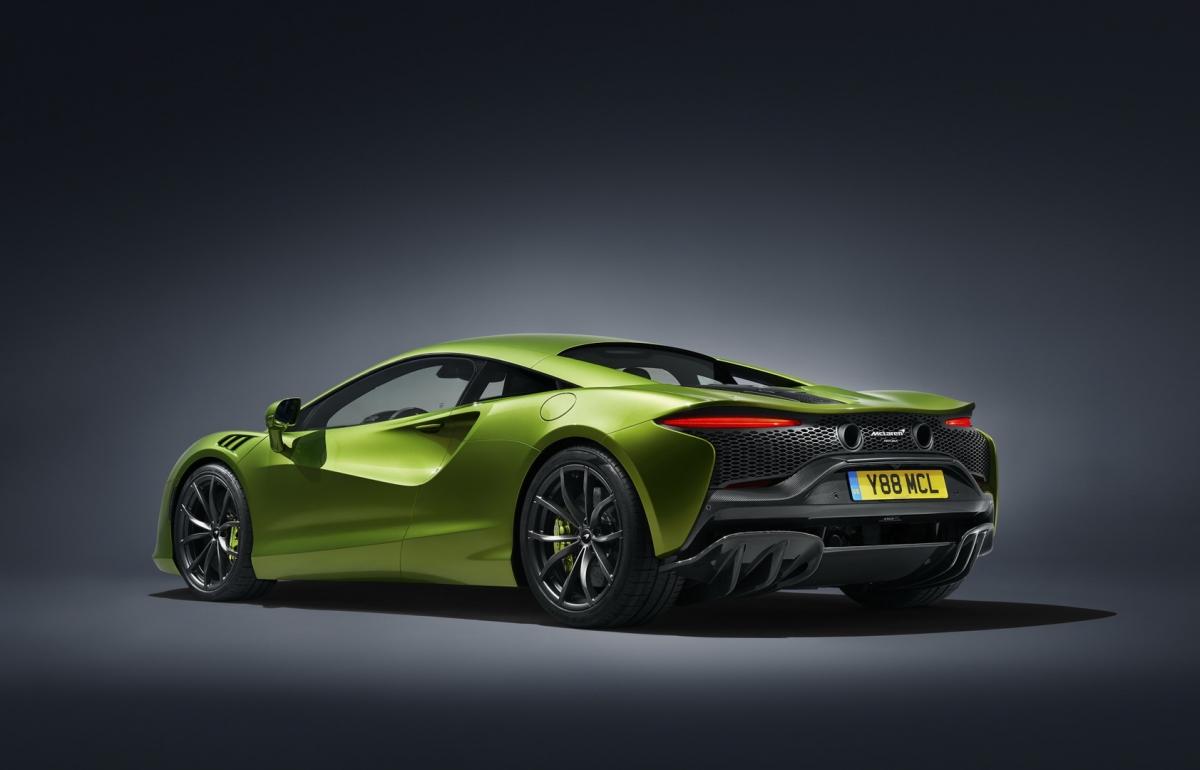 Artura là chiếc xe thương mại đầu tiên của McLaren sử dụng nền tảng khung gầm MCLA hoàn toàn mới, được phát triển và sản xuất tại Trung tâm công nghệ composite của hãng tại Sheffield, Anh Quốc.