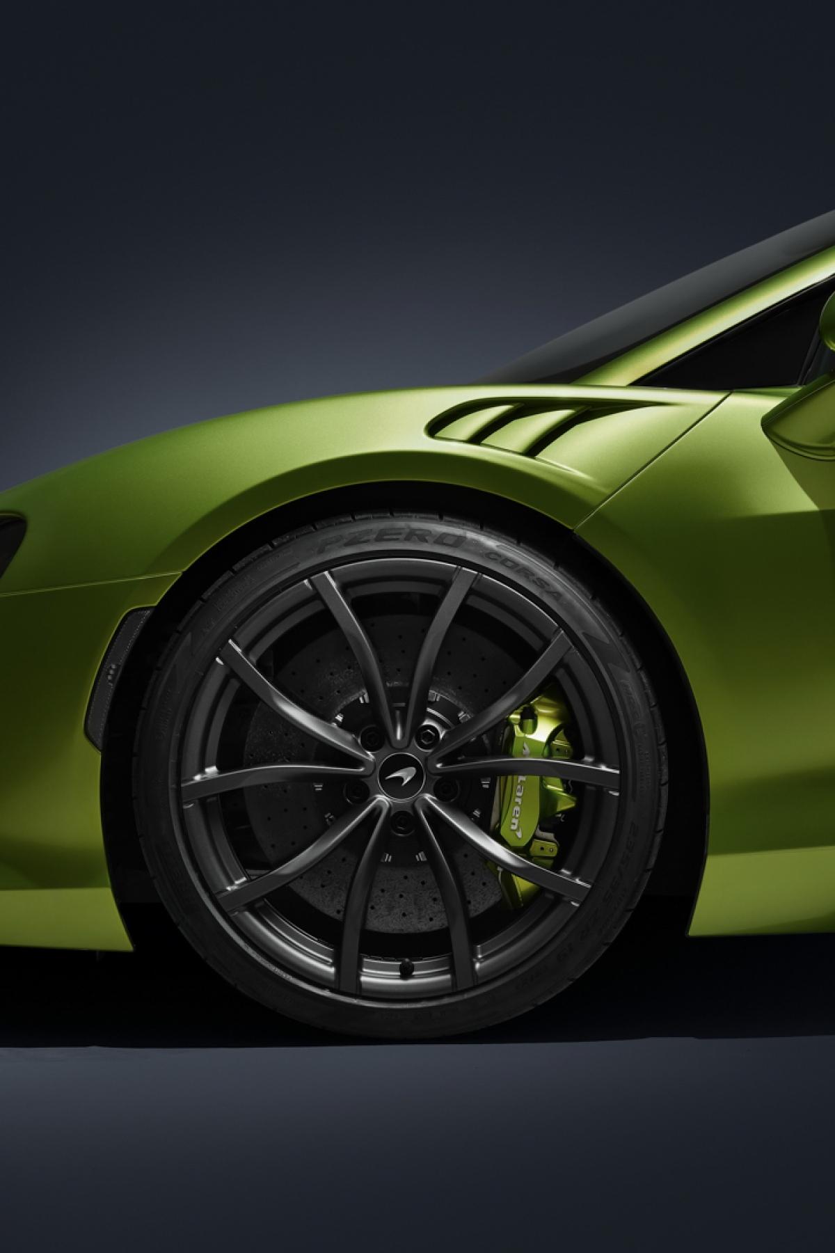 """Đến với ngoại thất, McLaren Artura sở hữu thiết kế theo phong cách """"shrink-wrap"""" bao bọc lấy phần khung xương sợi carbon bên trong. Các đường nét đặc trưng của McLaren tiếp tục được sử dụng trên mẫu xe này với mức độ tối giản và từng hốc gió, khe gió, ống dẫn đều được đặt đúng vị trí của chúng với chức năng nhất định."""