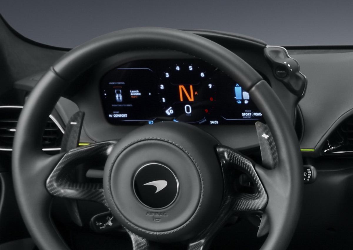 Phía sau vô-lăng là màn hình kích thước 6,4 inch mới, thay thế hoàn toàn bảng đồng hồ trước đây của 570S. Các công tắc điều chỉnh đế độ lái được tích hợp hai bên bảng đồng hồ thay vì ở màn hình trung tâm như trước. Artura cũng được trang bị nhiều ứng dụng như hệ thống giám sát đường đua, kiểm soát quăng đuôi, Apple CarPlay, Android Auto cũng như khả năng cập nhật phần mềm từ xa.