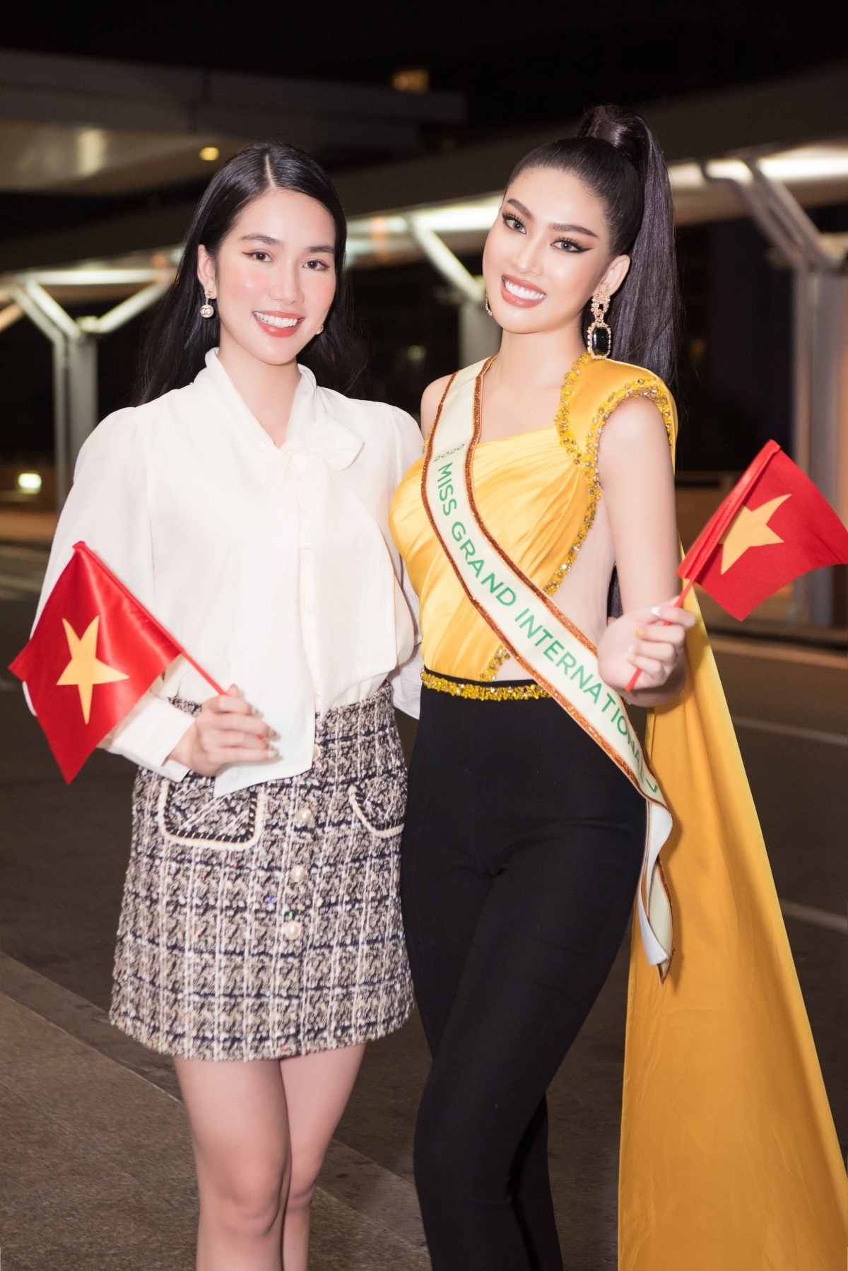 Miss Vietnam 2020 first runner-up Phuong Anh is present at the airport to see off Ngoc Thao.