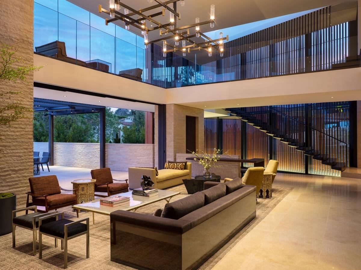 Đèn chùm hiện đại, cỡ lớn song vẫn lọt thỏm trong phòng khách đủ để thấy căn biệt thự rộng lớn như thế nào.