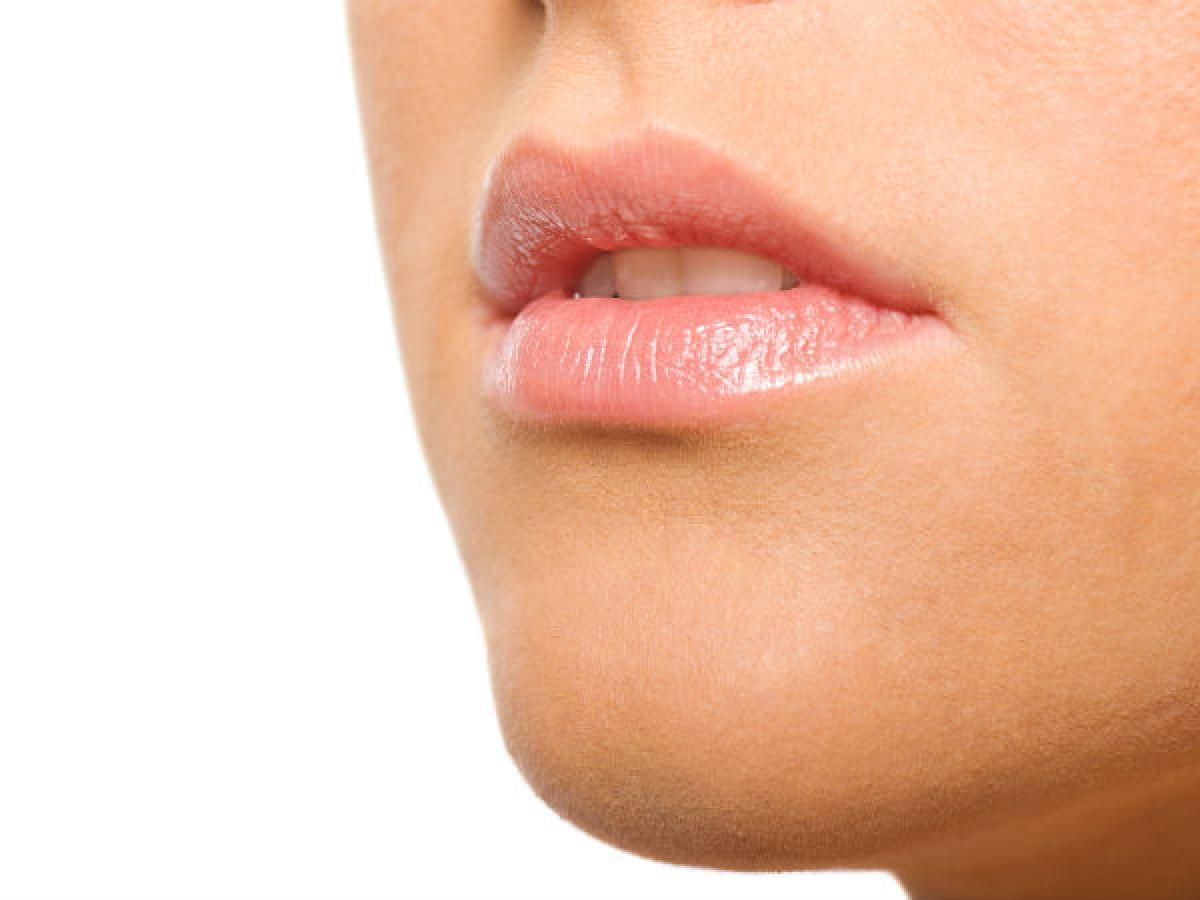Tẩy trang trước khi đi ngủ: Son môi là mỹ phẩm không thể thiếu đối với đa số chị em phụ nữ, tuy nhiên bạn cần chú ý tẩy trang môi sạch sẽ trước khi đi ngủ, tránh để các hóa chất trong son môi làm môi thâm xỉn.