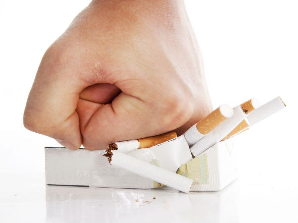 Cai thuốc lá: Hút thuốc lá là một thói quen có hại cho sức khỏe về nhiều mặt. Chất nicotin có trong thuốc lá có thể làm xỉn sắc tố da, khiến đôi môi thâm xỉn. Nếu muốn có đôi môi hồng tự nhiên, bạn nên bỏ thuốc lá ngay bây giờ.