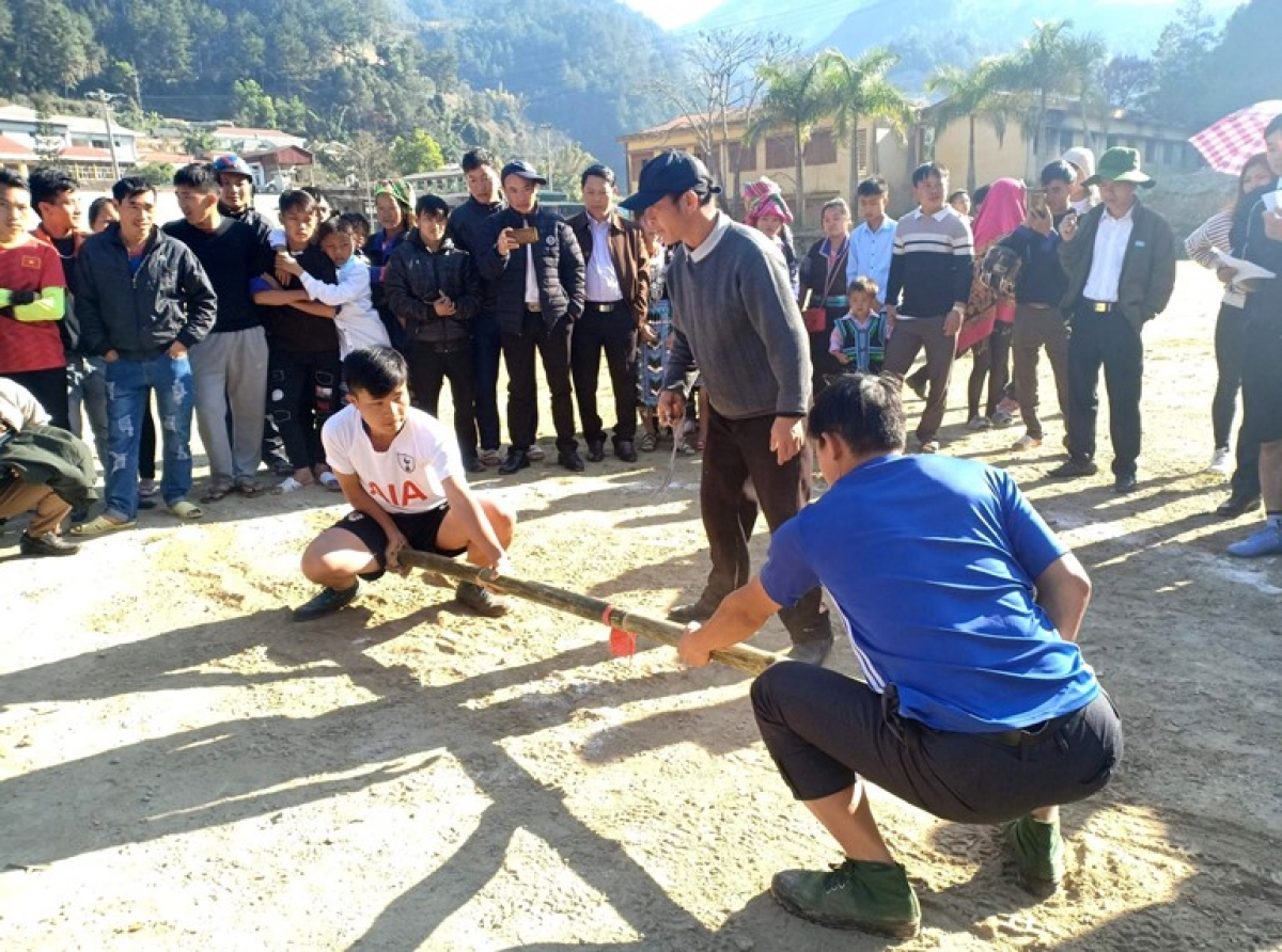 : Day gay (stick pushing) is a popular kind of folk game which is played by the Mong during the Tet holiday.