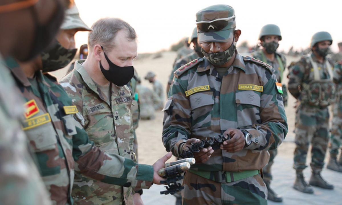 Quân đội Mỹ và Ấn Độ trao đổi trong cuộc tập trận chung ở Rajasthan. Ảnh:Twitter/US Embassy India.