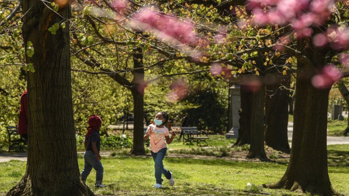 Trẻ em đeo khẩu trang chơi đùa ở công viên, thành phố New York. (Ảnh: Getty Images)