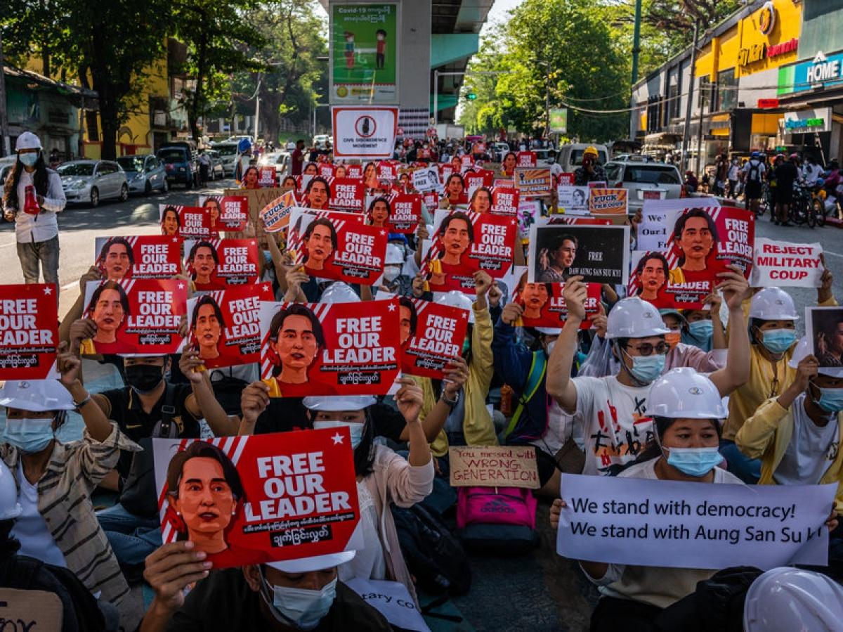 Người biểu tình ở thủ đô Yangon, Myanmar hôm thứ 4 mang theo ảnh của bà Aung San Suu Kyi (Ảnh: Getty Image)