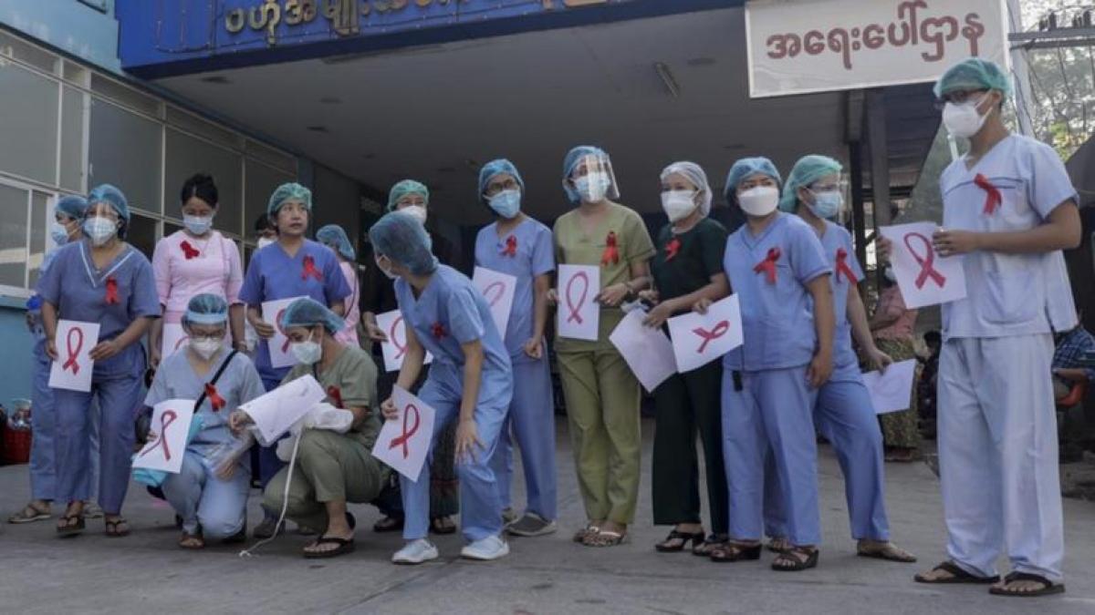 Nhân viên y tế khắp nước Myanmar đình công phản đối quân đội đảo chính quân sự. Ảnh: The West Australian