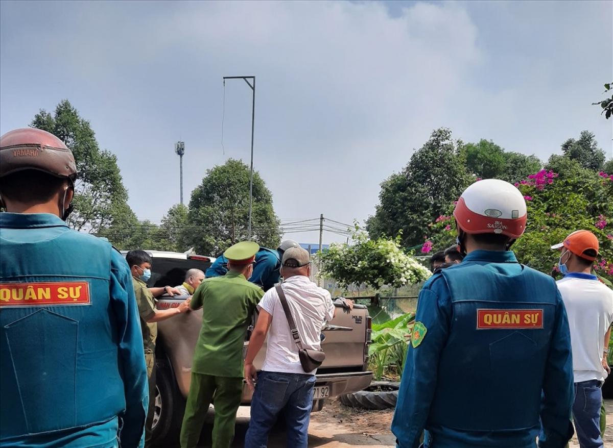 Lực lượng chức năng đưa 3 người về công an phường.