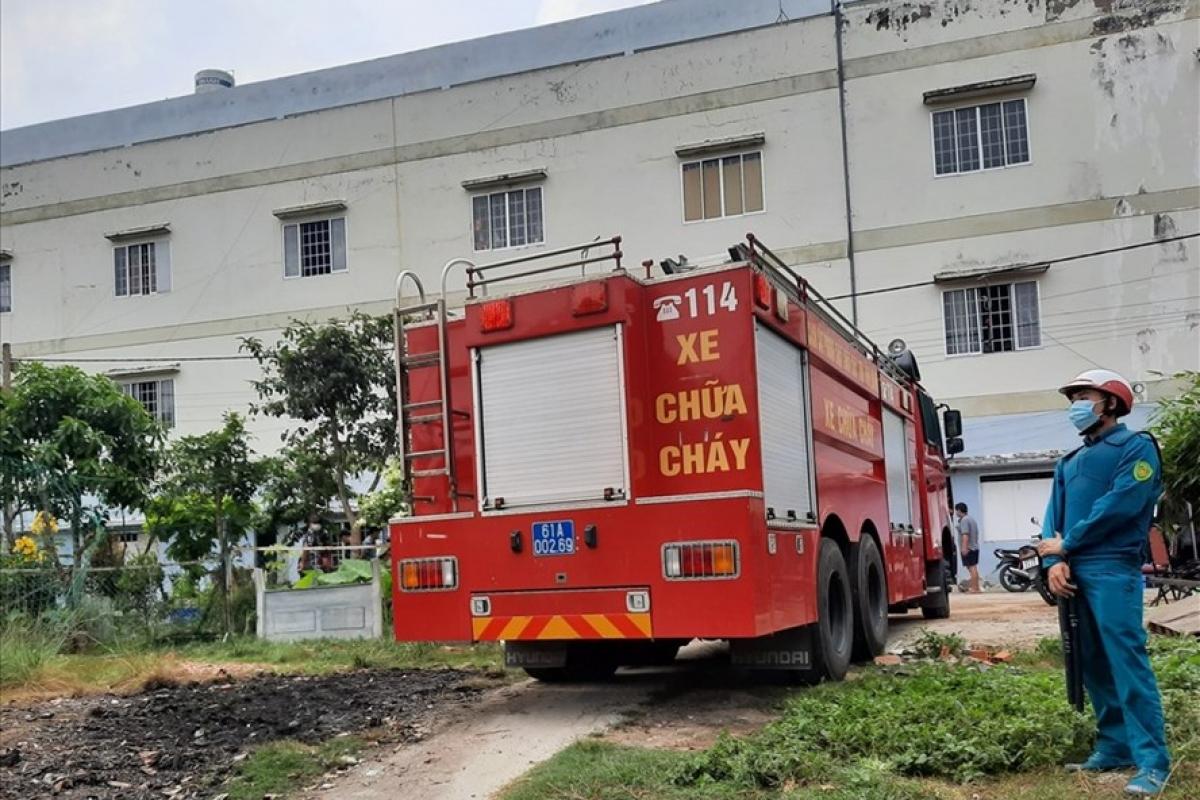Lực lượng chức năng phá cửa giải cứu 2 người chung phòng với đối tượng nghi ngáo đá.