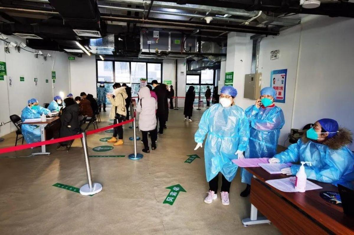 Người dân Bắc Kinh, Trung Quốc đi tiêm vắc xin ngừa Covid-19. Nguồn: Bjnews