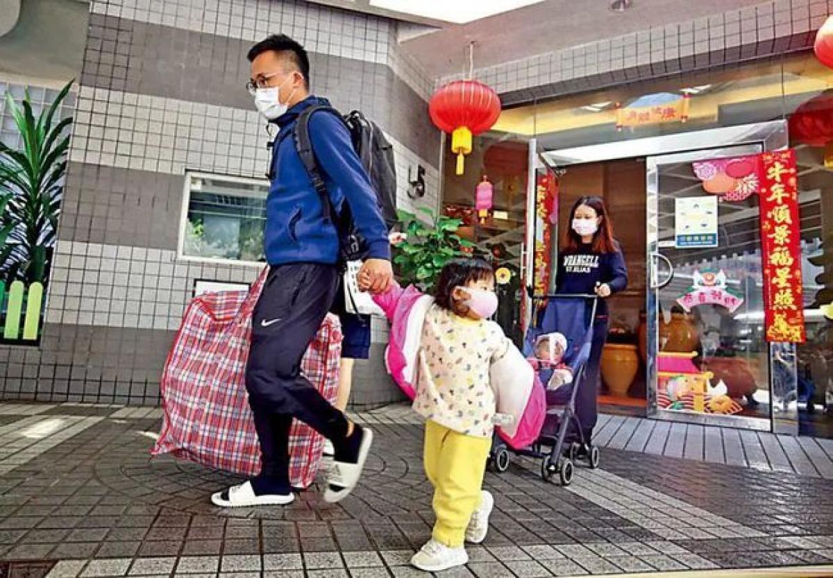 Người dân Hong Kong mua sắm chuẩn bị đón tết Tân Sửu. (Nguồn 163.)
